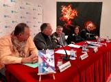 2. Con el libro en primer término, ocupan la mesa François Pérez Ayrault, el autor, Marcelino Fernández Mallo, Ramón Jiménez, Carmen Mejía y José Miguel Montalbán