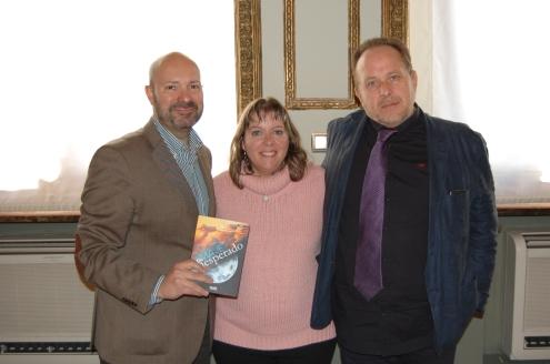 La autora acompañada por Iván López, presidente del Círculo y José Miguel Montalbán, director del Departamento de Gestión Editorial de Ediciones Dauro.